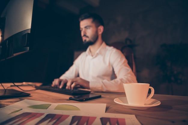 Vue Latérale Du Profil Du Travailleur Concentré S'asseoir Sur La Table De Travail Sur Ordinateur Photo Premium