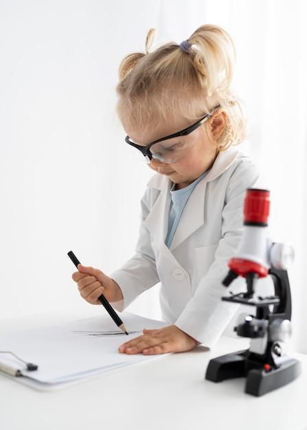 Vue Latérale Du Tout-petit Avec Microscope Photo Premium