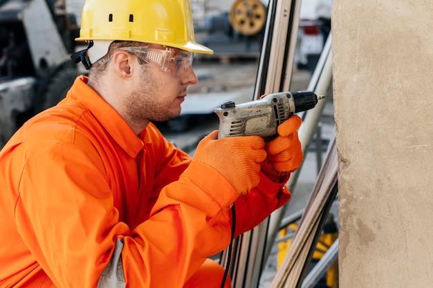 Vue Latérale Du Travailleur Masculin Avec Casque Et Lunettes De Protection Photo Premium