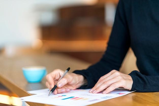 Vue Latérale D'une Femme D'affaires Plus âgée Travaillant Avec Des Papiers Photo gratuit