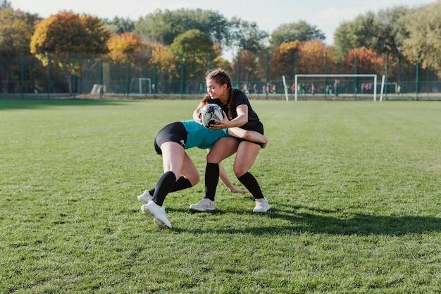 Vue latérale, femme, femme, rugby Photo gratuit