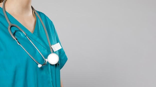 Vue Latérale D'une Femme Médecin Avec Stéthoscope Photo gratuit