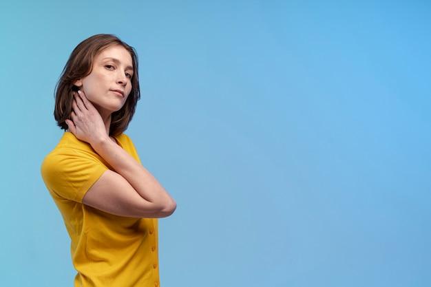 Vue Latérale D'une Femme Posant Magnifiquement Avec Copie Espace Photo gratuit
