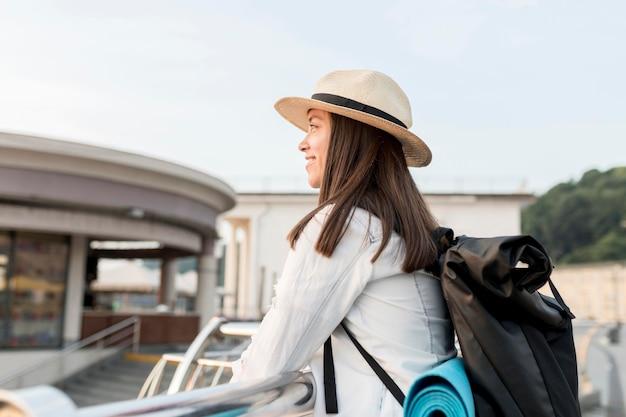 Vue Latérale D'une Femme Souriante Admirant La Vue Lors D'un Voyage Photo gratuit