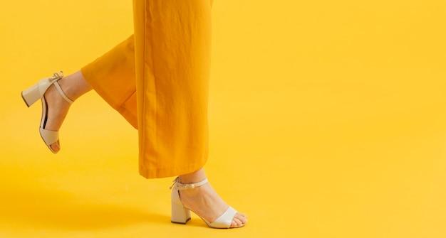 Vue Latérale D'une Femme En Talons Avec Copie Espace Photo Premium
