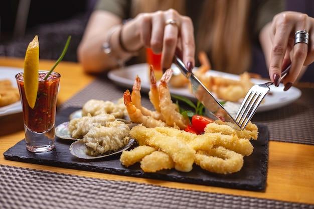 Vue Latérale Fruits De Mer Grillés Calmars Anneaux Moules Sauce Aux Crevettes Et Tranche De Citron Photo gratuit