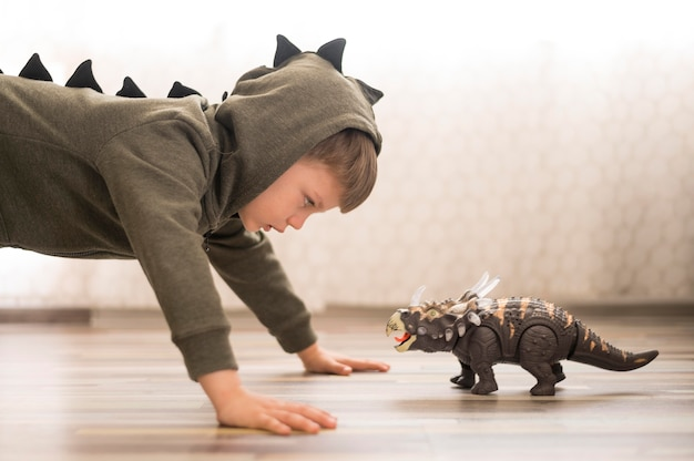 Vue Latérale Garçon En Costume De Dinosaure Photo Premium
