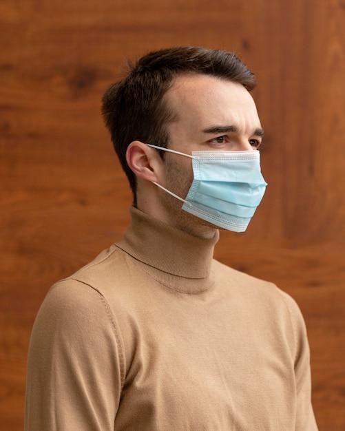Vue Latérale De L'homme Portant Un Masque Médical Photo gratuit