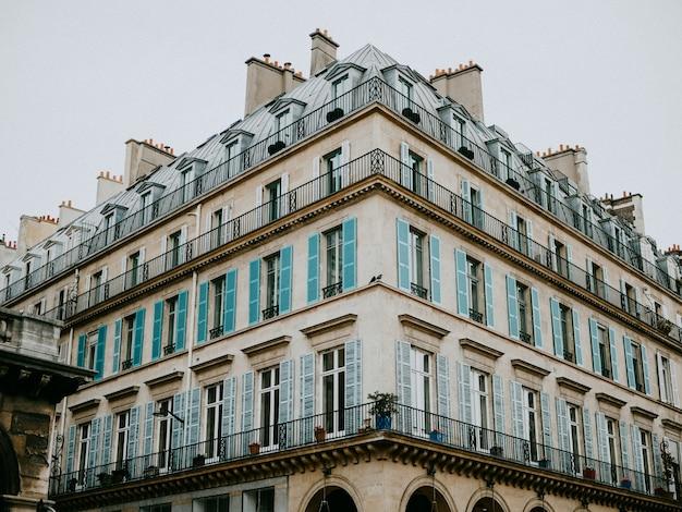 Vue latérale de l'immeuble résidentiel parisien Photo Premium