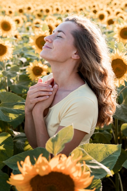 Vue Latérale Jeune Femme Dans La Nature Photo gratuit