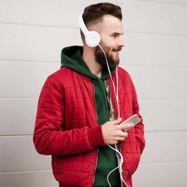 Vue latérale, mec, barbe, smartphone Photo gratuit