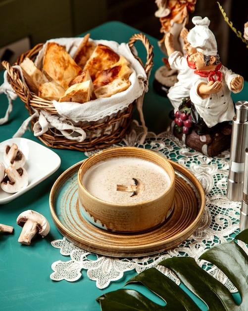 Vue Latérale De La Soupe à La Crème De Champignons Dans Un Bol Photo gratuit