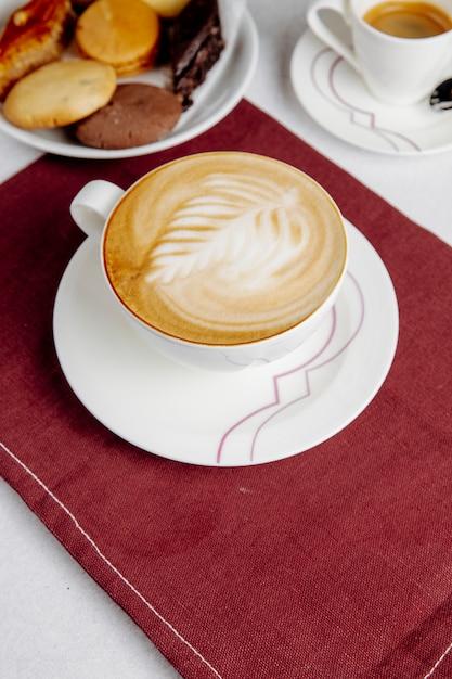 Vue Latérale D'une Tasse De Café Et De Bonbons Photo gratuit