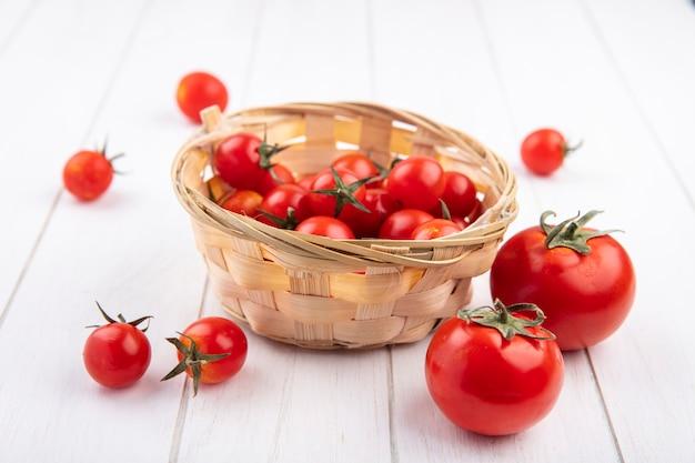Vue Latérale Des Tomates Dans Le Panier Et Sur Bois Photo gratuit
