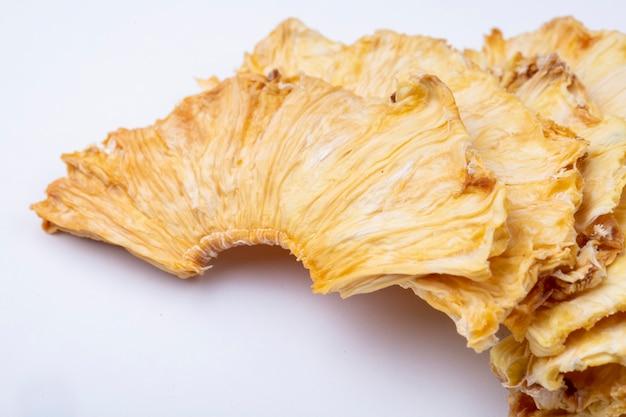 Vue Latérale Des Tranches D'ananas Séchées Isolé Sur Fond Blanc Photo gratuit