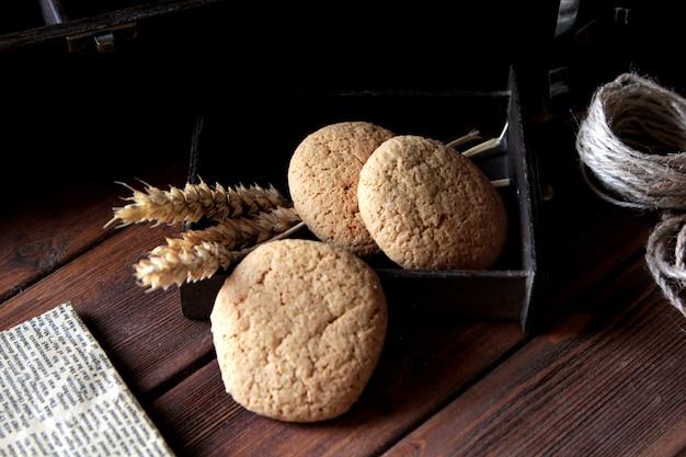 Vue Latérale Trois Biscuits à L'avoine Avec Fil Et Journal Photo gratuit