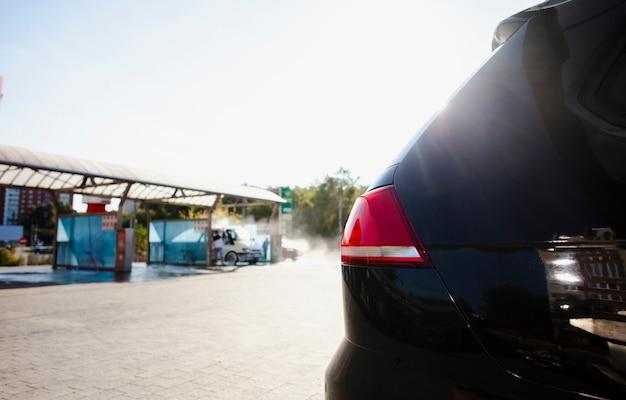 Vue sur un lave-auto à l'arrière d'un véhicule Photo gratuit