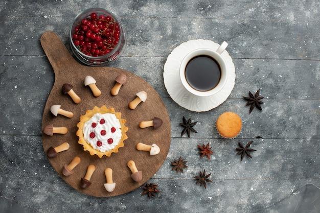 Vue Lointaine Du Haut De La Tasse De Café Avec Gâteau Aux Biscuits Et Canneberges Rouges Sur Le Liquide De Biscuit De Bureau Gris Photo gratuit