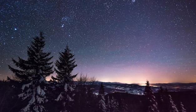 Vue Magique Du Ciel Clair étoilé Réparti Sur La Station De Ski De Nuit Par Temps Froid Sans Nuages En Hiver. Photo Premium