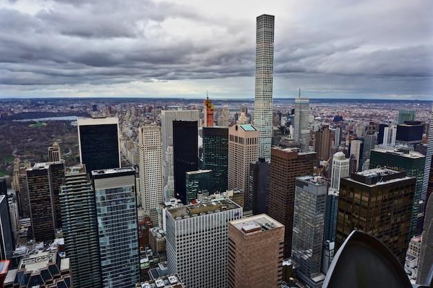 Vue De Manhattan, New York, Un Jour Nuageux. La Photo Met En évidence Les 432 Park Avenue Condominiums Photo Premium