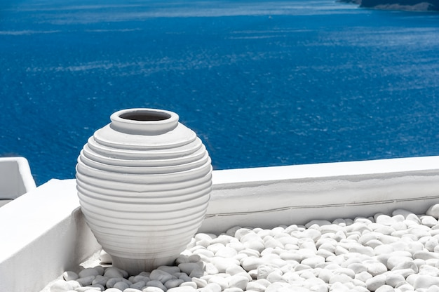 Vue sur la mer bleue de santorin du village d'oia Photo Premium