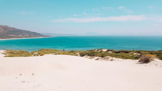 Vue mer et plage de sable Photo gratuit