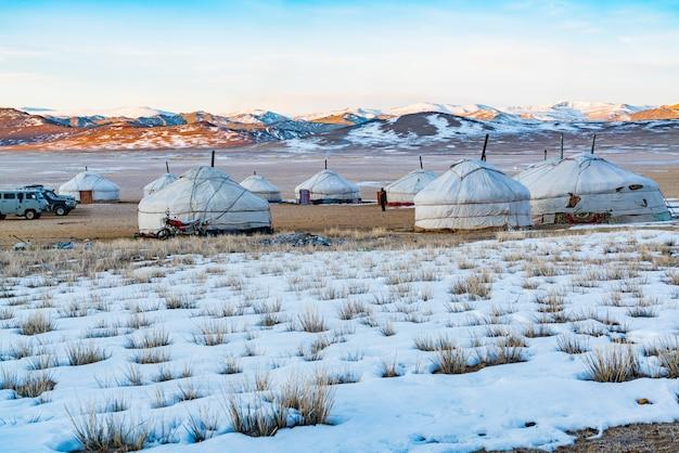 Vue de la mongolie ger sur la steppe enneigée dans la matinée Photo Premium