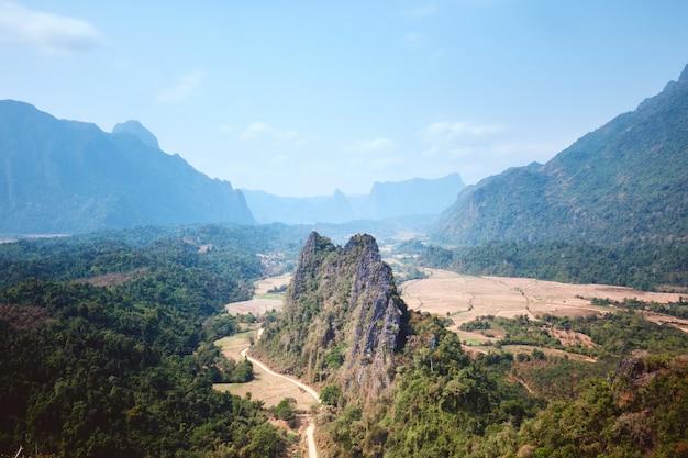 Vue Sur Les Montagnes Karstiques Vu Du Point De Vue De Nam Xay Sous La Lumière Du Soleil à Vang Vieng Au Laos Photo gratuit