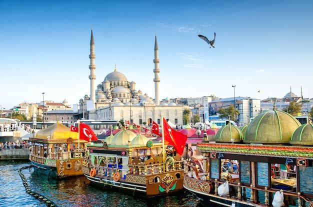 Vue Sur La Mosquée Suleymaniye Et Les Bateaux De Pêche à Eminonu, Istanbul, Turquie Photo Premium