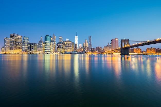 Vue De New York City Manhattan Midtown Au Crépuscule Avec Des Gratte-ciel Illuminés Sur La Rivière East Photo gratuit