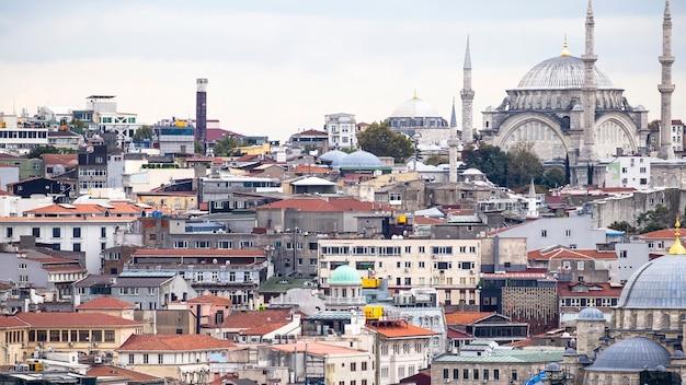 Vue Des Niveaux De Bâtiments Résidentiels Avec La Mosquée Nuruosmaniye à Istanbul, Turquie Photo Premium