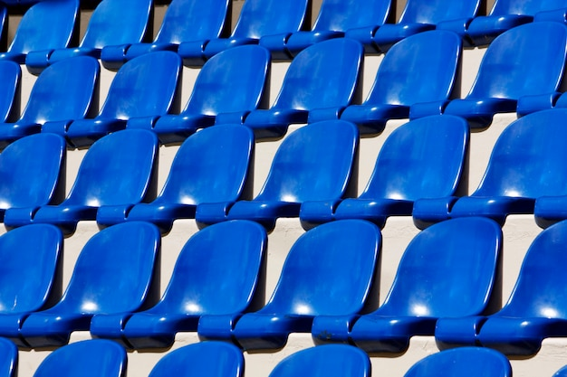 Vue de nombreux sièges en plastique bleu alignés sur un stade. Photo Premium