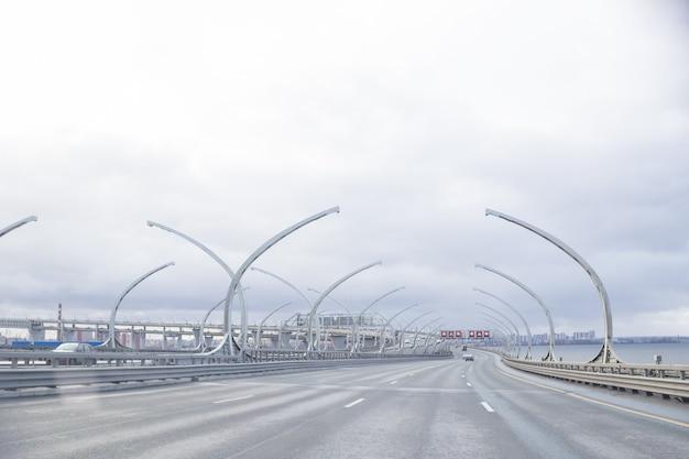 Vue D'une Nouvelle Route. Western High-speed Diameter In Saint-petersburg.city Transport Junction Rond-point Road Sunset.highway Road Line.modern Transport Highway Photo Premium