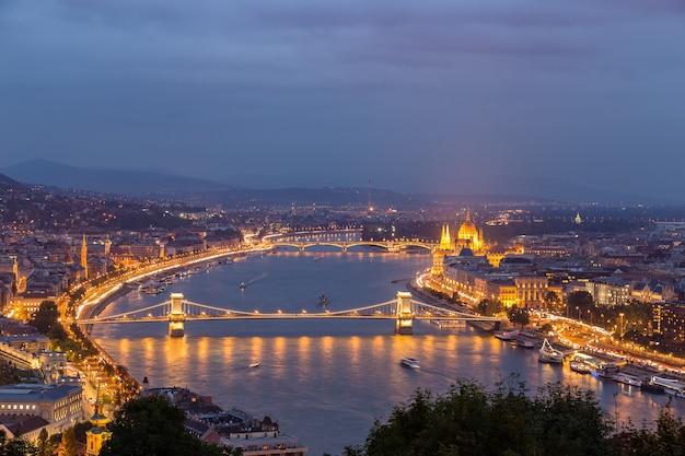 Vue de nuit du danube et de budapest Photo Premium