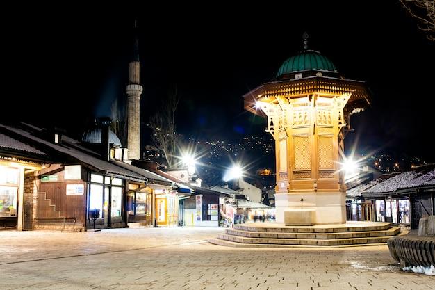 Vue de nuit du sebilj, fontaine en bois à sarajevo Photo Premium