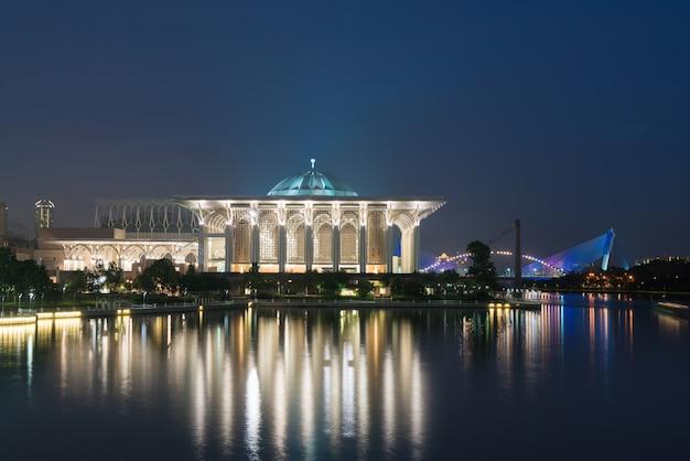 Vue de nuit de la mosquée de malaisie à masjid besi ou masjid tuanku mizan zainal abidin, putrajaya, Photo Premium