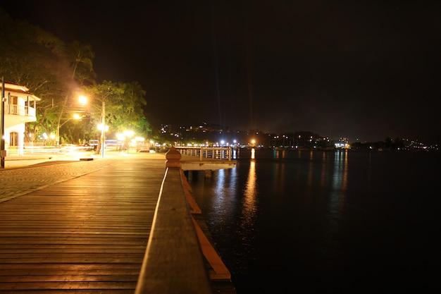 Vue de la nuit sur les rives des trottoirs d'ilhabela, côte à côte avec le petit centre commercial Photo Premium