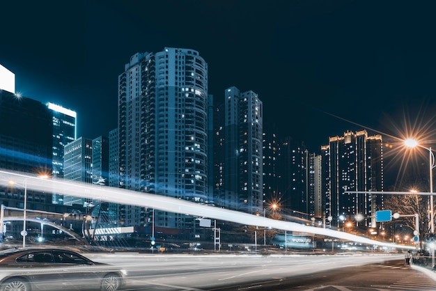Vue de nuit de la route urbaine et des lumières de voiture floue Photo Premium