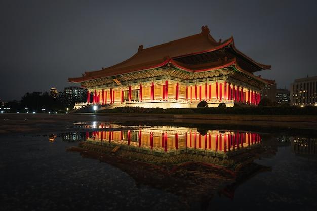 Vue de nuit à la salle de concert nationale tapiei, taiwan. Photo Premium