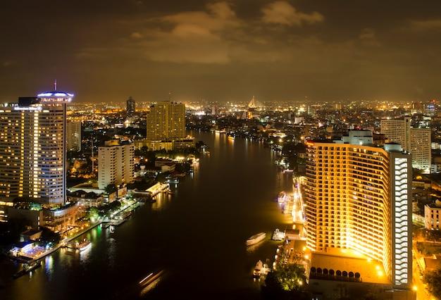 Vue de nuit de la ville de bangkok avec rivière, thaïlande Photo Premium