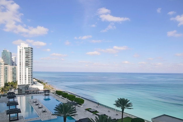 Vue sur l'océan par une journée ensoleillée à miami Photo Premium