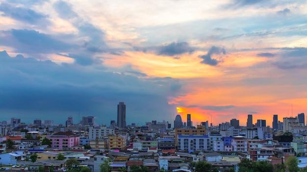 Vue d'oiseau sur la ville avec le coucher du soleil et les nuages dans la soirée Photo Premium