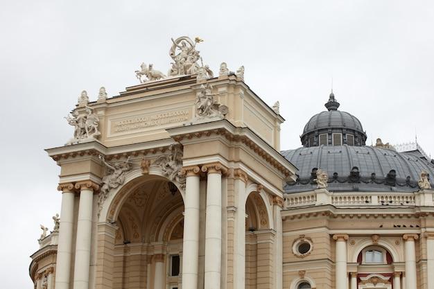 Vue de l'opéra et de la maison de ballet à odessa Photo Premium