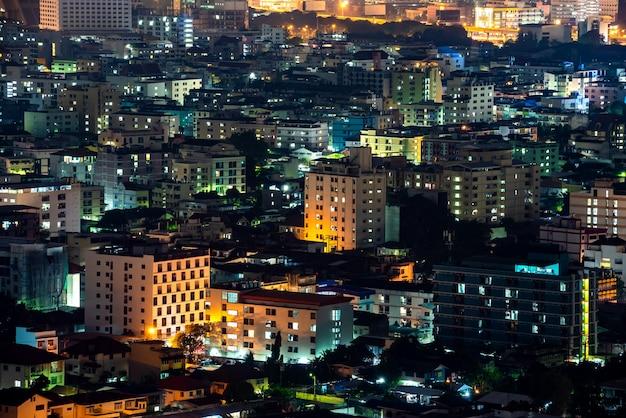 Vue panoramique de bangkok sur la nuit avec le bâtiment et la lumière de ratchada Photo Premium