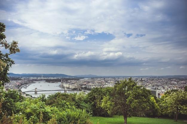Vue panoramique de budapest sous les nuages de pluie. Photo Premium