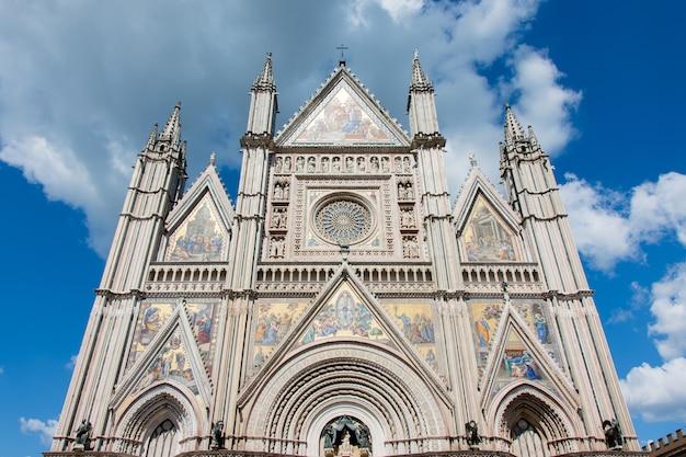 Vue panoramique de la cathédrale d'orvieto Photo Premium
