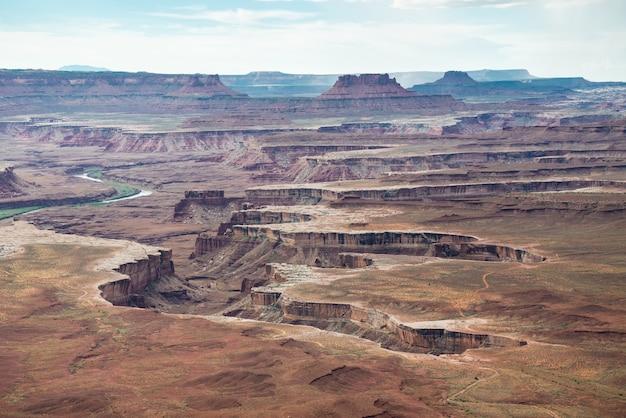 Une vue panoramique dans le parc national de canyonlands dans l'utah Photo Premium