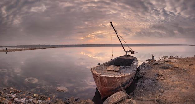 Vue panoramique du lac salé au coucher du soleil Photo Premium