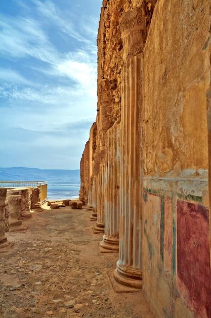 Vue panoramique du mont masada dans le désert de judée près de la mer morte, israël. Photo Premium