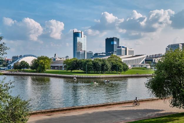Vue panoramique du parc de la ville derrière la rivière Photo Premium